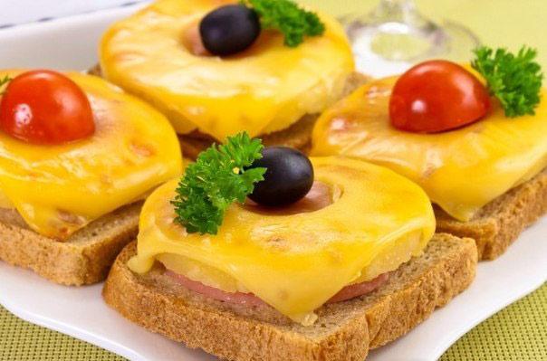goryachie-buterbrody-s-ananasom-i-syrom-2