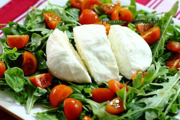 салат с сыром буррата