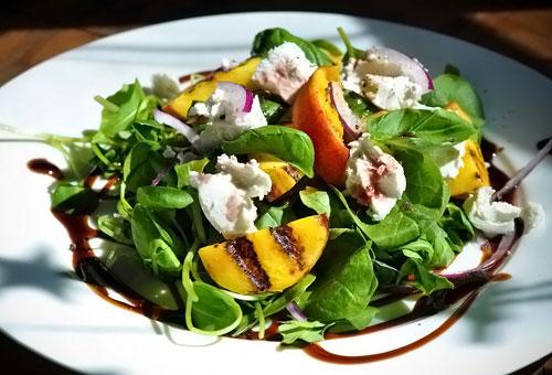 Салат с персиками и сыром