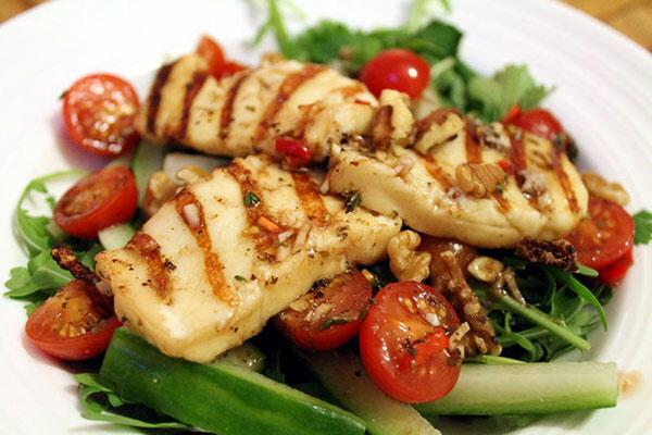 salat-s-zharenym-syrom-xallumi-ogurcami-i-pomidorami-1