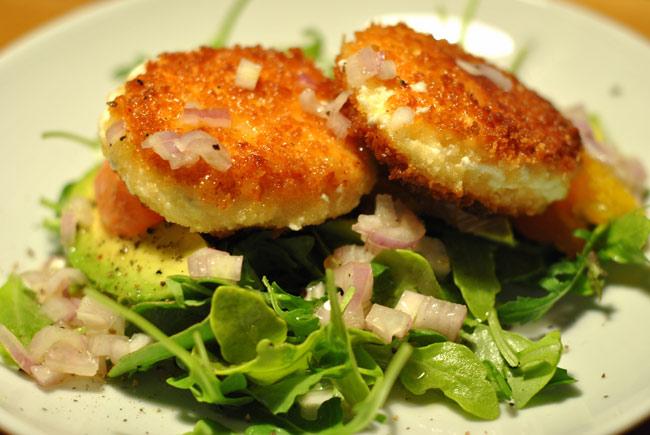 recept-salata-s-avokado-i-zharenym-syrom