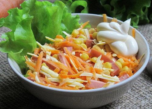 salat-s-kolbasnym-syrom-i-morkovkoj