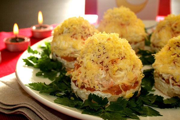 salat-mimoza-s-yablokom-i-kartofelem-porcionnyj