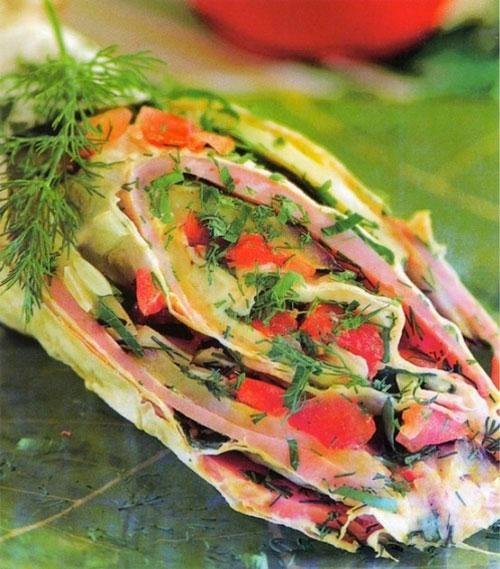 rulet-iz-lavasha-s-vetchinoj-syrom-i-pomidorami