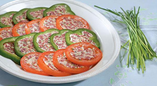 syrno-kolbasnaya-zakuska-v-percax-i-pomidorax