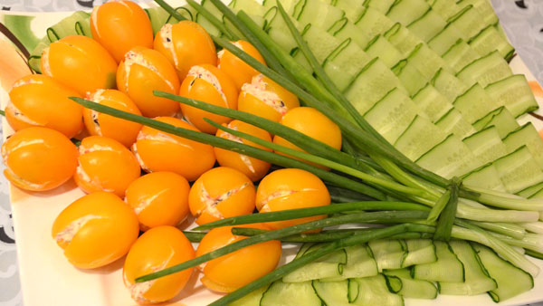 salaty-na-8-marta-s-syrom-recepty-s-foto-3