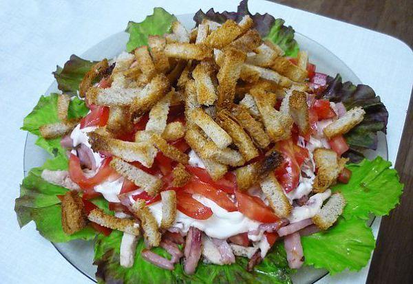 salat-s-kolbasnym-syrom-i-suxarikami-recepty