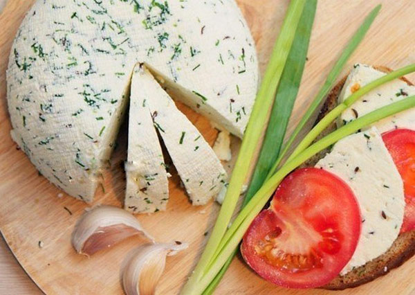 Рецепт домашнего сыра на сметане с зеленым луком и тмином.